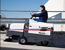 Máquina barredora en la limpieza de parkings en Madrid